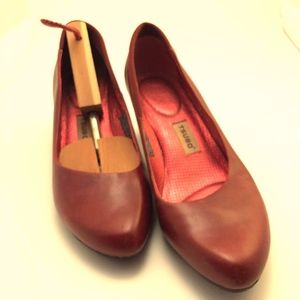 Tsubo red pumps